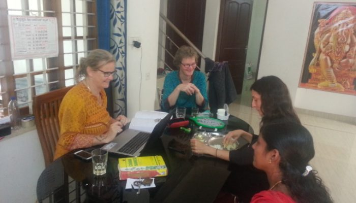 Studiesessie met stagiaires in India